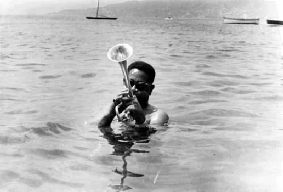 Dizzy-Gillespie-plays-in-the-ocean1